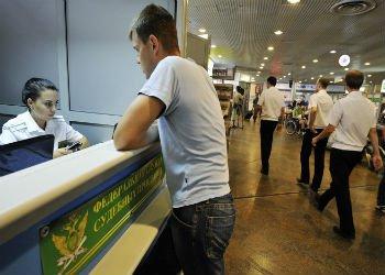 Около 900 тыс. россиян из-за своих долгов не смогут отправиться за границу