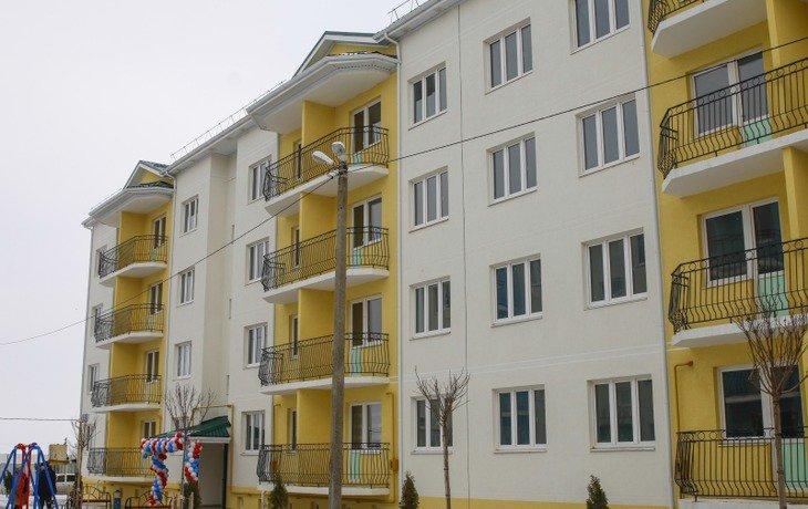 В поселке Знаменском 35 детей-сирот получили ключи от новых квартир