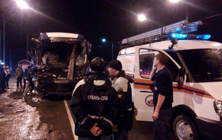 На Кубани пассажирский автобус врезался в грузовик