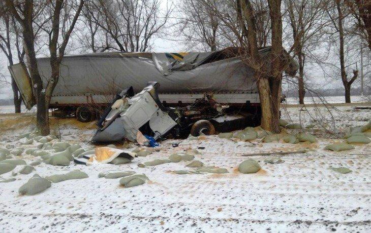 На Кубани в результате жесткого ДТП у грузовика оторвало кабину