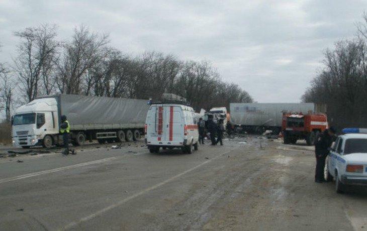 На Кубани в жестком ДТП погиб водитель грузовика