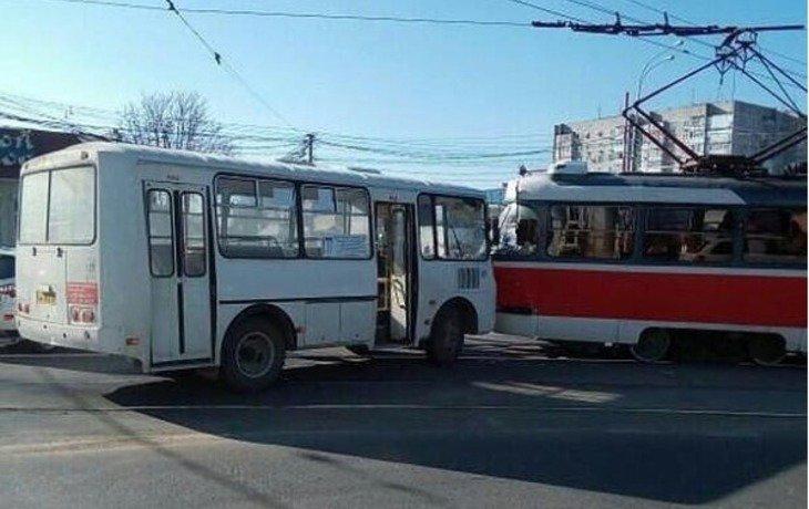 В Краснодаре вблизи Вишняковского рынка столкнулись трамвай и автобус