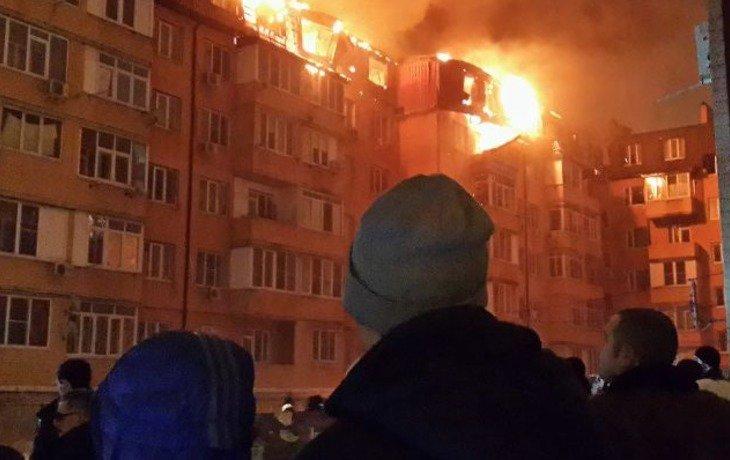 В Краснодаре в результате пожара в шестиэтажном доме сгорели 25 квартир