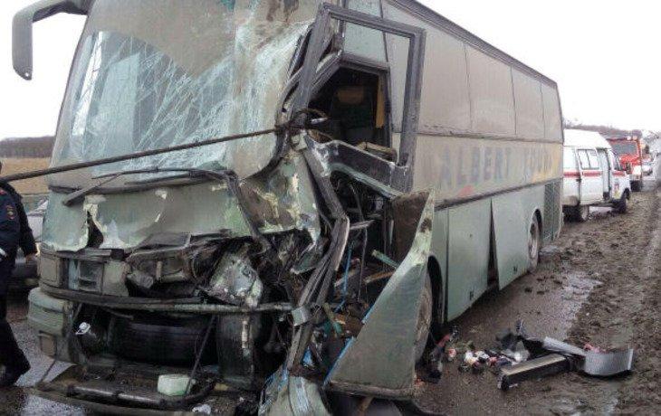 На Кубани пассажирский автобус столкнулся с грузовиком