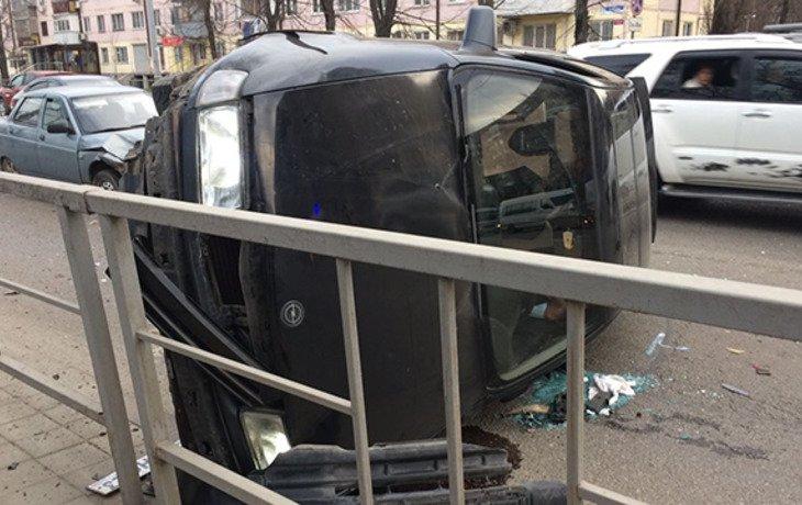 В Краснодаре в результате жесткого ДТП перевернулась иномарка